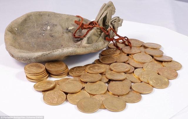 Số tiền vàng sẽ được chia đều cho phía nhà trường và người thợ lên dây đàn.