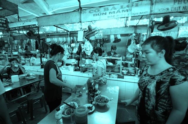 Bên trong khu chợ Hòa Bình có một gian hàng bún mắm tồn tại gần 70 năm.