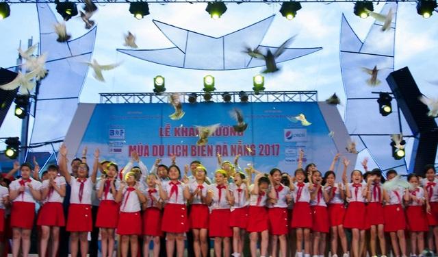Mùa du lịch biển Đà Nẵng 2017 cũng chính thức khai trương ngay trong kỳ nghỉ lễ 30/4 - 1/5