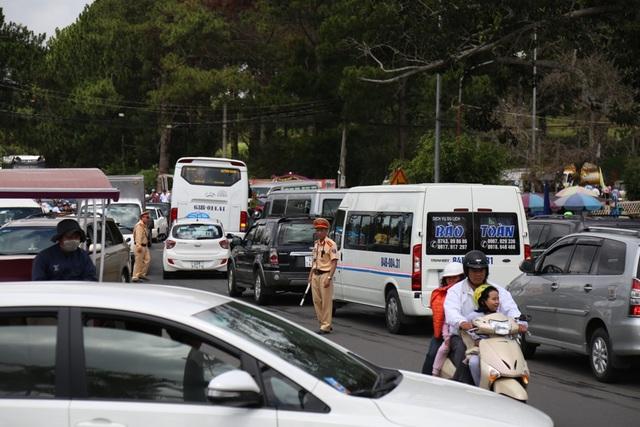 Lực lượng CSGT Lâm Đồng luôn túc trực mọi nơi để nhanh chóng phân luồng, đảm bảo giao thông cho du khách