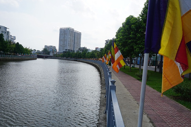 Nhiều con đường, ngôi chùa tại Sài Gòn đã rực rỡ sắc cờ hoa mừng đại lễ Phật đản.