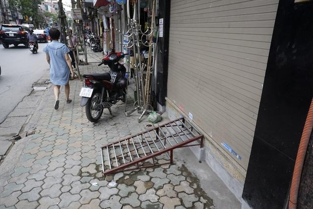 Chiếc cầu sắt bắc lên thềm nhà khi các bậc thang bị đập bỏ ở phố Khâm Thiên (quận Đống Đa).