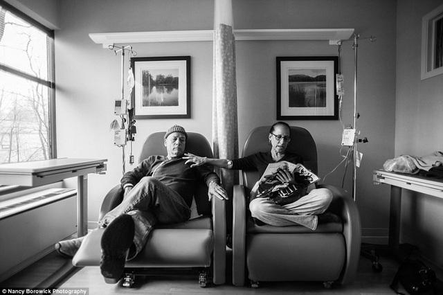 Nancy Borowick (31 tuổi) đã ghi lại cuộc sống của cha mẹ mình trong những ngày tháng cuối - ông Howie (trái) và bà Laurel (phải). Đây là một trong những bức ảnh Nancy yêu thích nhất bởi nó vừa thể hiện sự động viên hai người dành cho nhau về thể hiện cuộc chiến riêng của mỗi người khi định kỳ mỗi tuần đều trải qua một đợt trị liệu.
