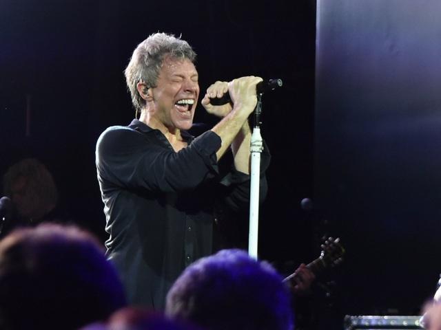 Nam ca sĩ Bon Jovi từng yêu cầu một nồi lớn đựng súp gà ít béo, được giữ ấm, với đủ bát và thìa cho 10 người.