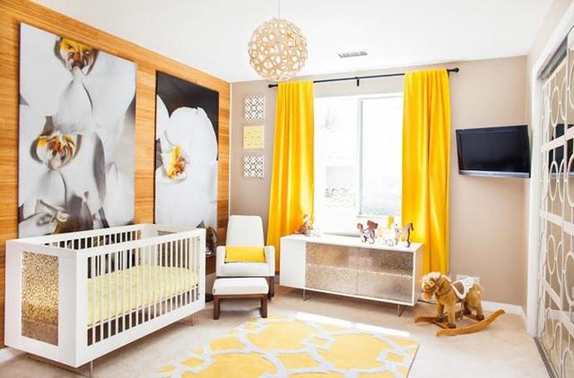 """Hầu như toàn bộ căn phòng này sử dụng lối trang trí rất nhẹ nhàng, với màu sắc trung tính và các vật dụng có kiểu dáng đơn giản. Chính vì vậy,việc thêm vào chiếc rèm cửa có màu vàng nghệ rực rỡ đã khiến không gian """"bừng sáng""""."""