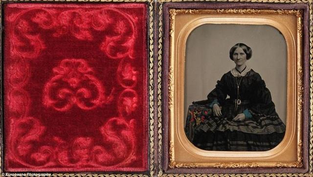 Bức ảnh in trên sắt của một phụ nữ không rõ tên, chụp năm 1860. Đây được cho là một trong những bức ảnh cổ nhất của dạng ảnh in trên sắt. Dạng ảnh này được thực hiện bằng cách in thẳng ảnh lên một tấm kim loại mỏng. Phương thức chụp ảnh này nhanh chóng biến mất hồi thập niên 1870.