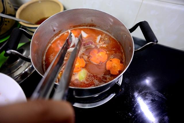 Bỏ thêm vào hành củ, cà rốt… tăng thêm hương vị.