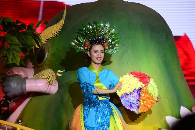 Các diễn viên trẻ hóa thân cùng những loại trái cây tạo nên không gian đa sắc màu của lễ hội.