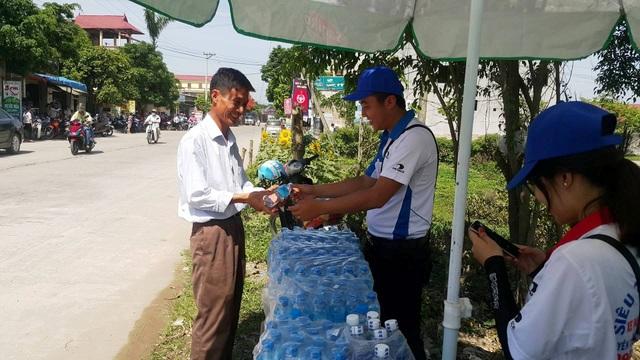 Vui mừng nhận những chai nước giải khát.