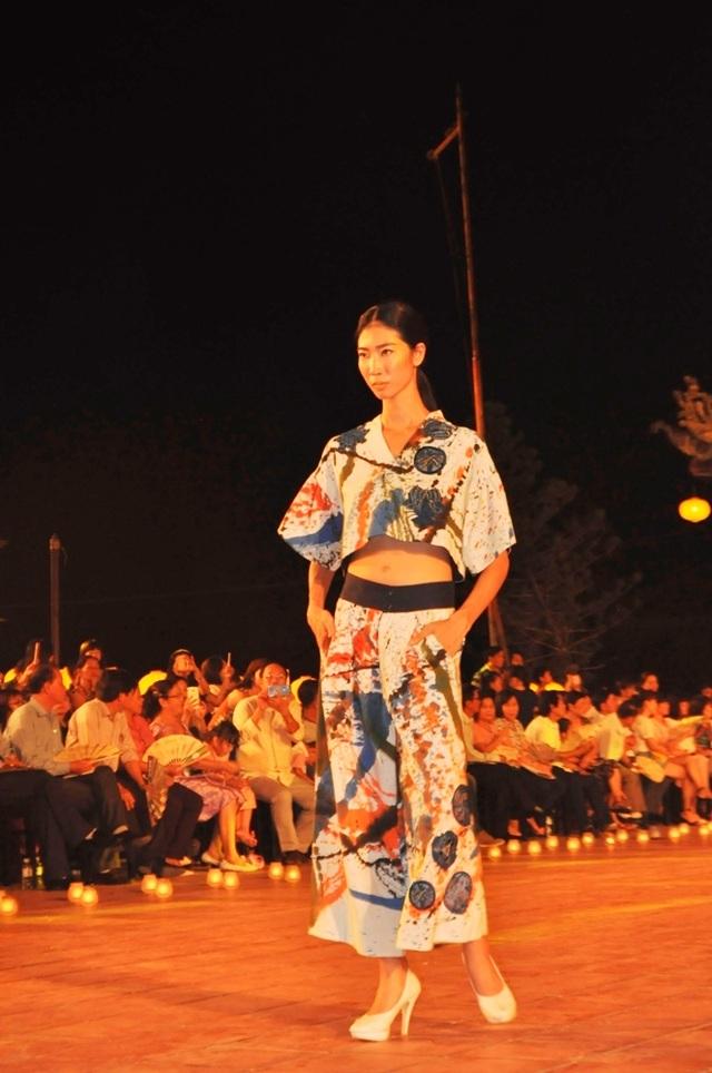 """""""Đêm lụa Phương Đông 2017"""" thể hiện dòng thời trang tơ lụa ứng dụng vào đời sống hàng ngày và có sự kết hợp chặt chẽ giữa sáng tạo thời trang và chất liệu lụa, đũi Việt Nam"""