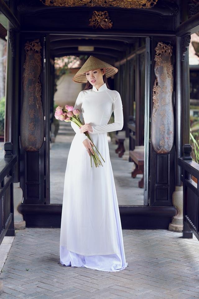 Người đẹp Hoa hậu Hoàn vũ Thanh Trang khoe vẻ mềm mại, tinh khôi với áo dài - 2
