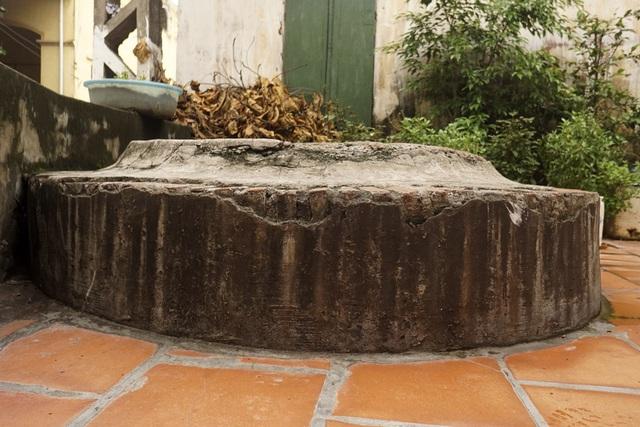 Cổ giếng bên trong làm bằng đá ong nguyên khối, phần thềm giếng bên ngoài lát gạch thẻ có độ cứng cao. Đây có thể là dấu vết của một đợt trùng tu nâng cao cổ giếng.
