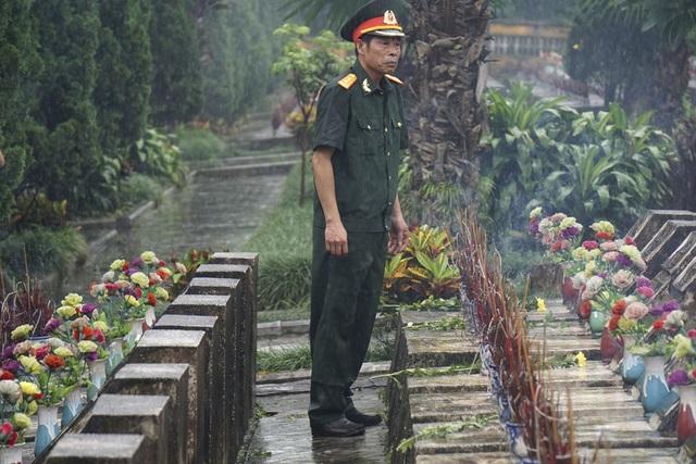 Một cựu binh đi tìm mộ đồng đội trong cơn mưa tầm tã tại nghĩa trang Vị Xuyên.