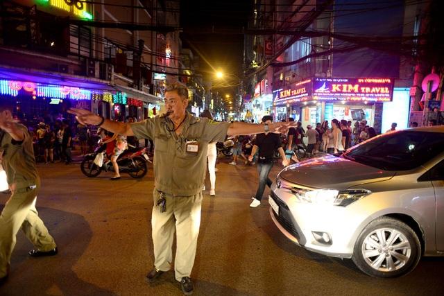 Do bị cấm lưu thông 1 nhánh đường ở ngã tư, nên xe cộ khá đông đúc và di chuyển lộn xộn, phường Phạm Ngũ Lão phải cử bảo vệ dân phố ra điều tiết giao thông.