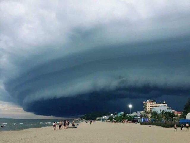 """Ảnh chụp cùng """"đám mây lạ"""" ở bãi biển Sầm Sơn thu hút sự quan tâm trên mạng xã hội - 9"""