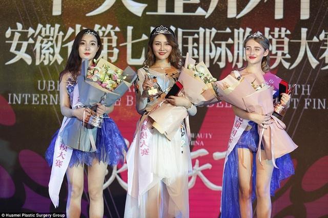 Hoa khôi Liu Qianqian (giữa) và hai người đẹp Á khôi của cuộc thi.
