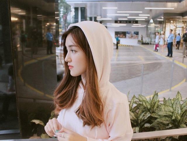 Chưa từng tham gia đóng phim, quay MV hay xuất hiện trên truyền hình nhưng nữ sinh xinh đẹp này lại sở hữu lượt người theo dõi đáng nể, trở thành một trong những hot girl có tiếng tại Sài Gòn.