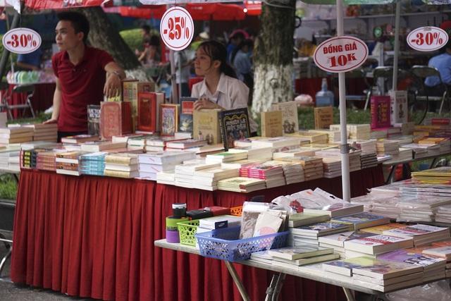 Gần như tất cả các quầy sách đều có sách giảm giá.