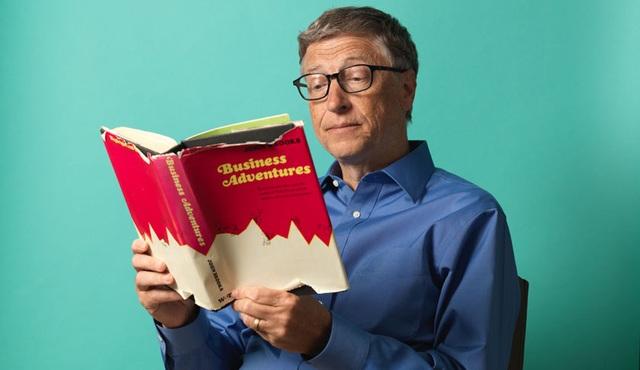 Bill Gates dành nhiều thời gian trong ngày để đọc sách.