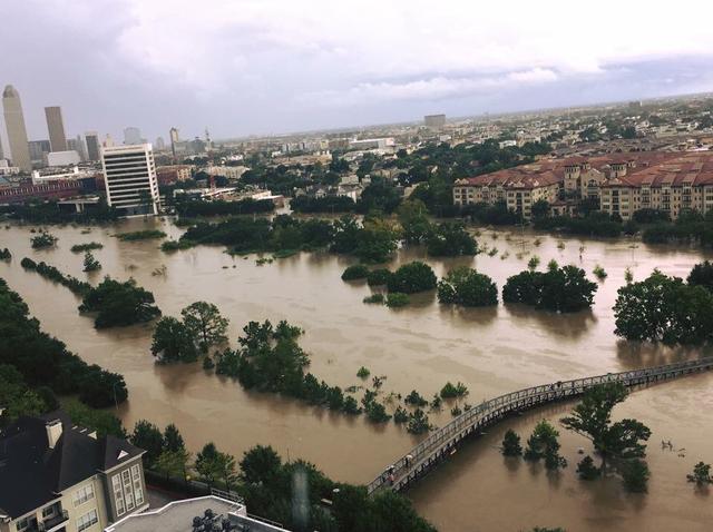 Ước tính vùng Nam Texas đã đón nhận 12 nghìn tỷ gallons nước mưa, khiến hơn 300.000 người phải sơ tán.