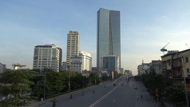 Đường Nguyễn Chí Thanh vắng vẻ. Quốc khánh 2/9 năm nay trùng vào ngày thứ bảy, các công sở được nghỉ bù vào ngày thứ Hai 4/9.