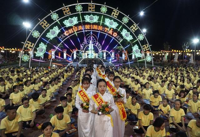 Thanh thiếu niên trong đội nghi lễ dâng hoa cúng dường. Đã nhiều năm, chùa Ninh Tảo duy trì việc tổ chức lễ Vu Lan trang trọng, thu hút cả sự quan tâm, tham dự của Phật tử, người dân ở các tỉnh thành xa.