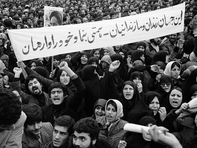 Trong khi các người con, người cháu của mình đều gặt hái được thành công tại nước ngoài, thì cha của Dara Khosrowshahi buộc phải trở lại Iran để chăm sóc ông nội. Iran thậm chí cấm ông rời đất nước trong thời gian quá 6 năm kể từ cuộc Cách mạng Hồi Giáo.