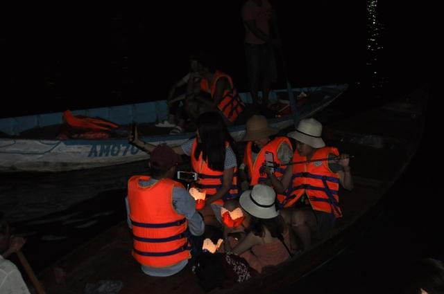 Nhiều du khách chọn lựa ngồi thuyền để vừa thỏa sức ngắm vẻ lung linh của phố cổ đêm rằm và cùng thả đèn cầu nguyện