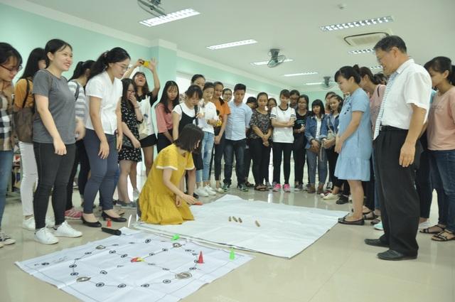 Học viên trực tiếp trải nghiệm trò chơi truyền thống Yootnolri cùng với thầy cô giáo người Hàn