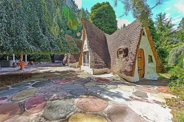 Căn nhà xinh xắn đặc biệt này được xây dựng từ hồi thập niên 1970 trên một khoảnh rừng nằm trong thung lũng ở thị trấn Olalla, bang Washington, Mỹ.