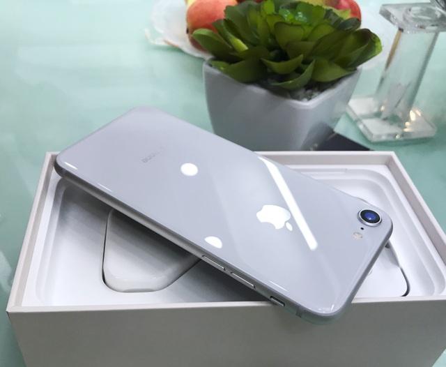 Không được quan tâm nhiều như người anh em, nhưng iPhone 8 cũng được nâng cấp với thiết kế mặt kính phía sau, giúp sản phẩm đẹp hơn rất nhiều.
