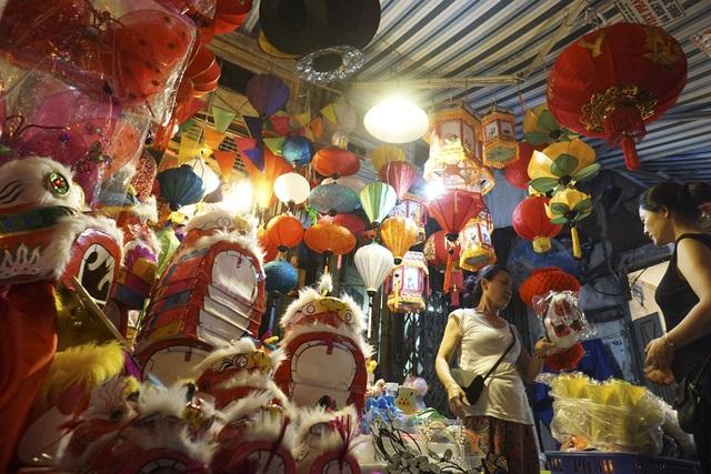 Một cửa hàng trên phố Hàng Mã chuyên bán các loại đồ chơi truyền thống như đầu sư tử, đèn lồng, đèn kéo quân...
