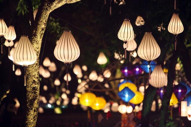 Đèn lồng đủ loại treo khắp không gian Văn Miếu - Quốc Tử Giám cổ kính. Thu vọng nguyệt là sự kiện văn hoá kết hợp trang trí, biểu diễn nghệ thuật, ẩm thực... nhân dịp Tết Trung thu.