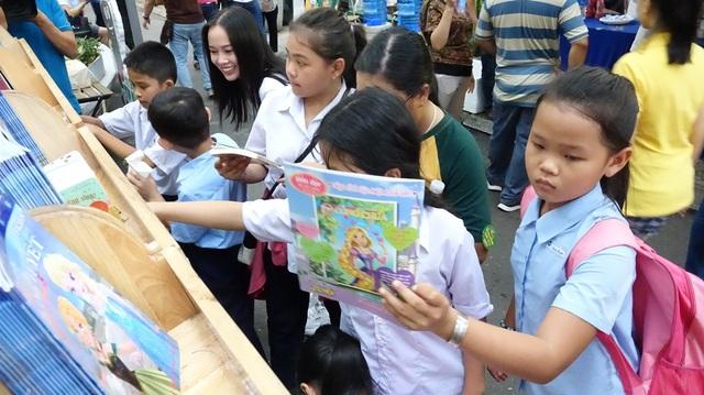 Các bạn nhỏ rất thích thú với tủ sách miễn phí
