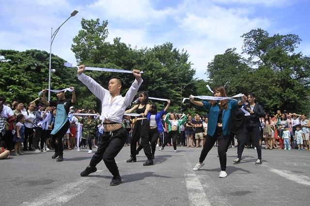 Sáng ngày 15/10, tại khu vực phố đi bộ Hồ Hoàn Kiếm đã diễn ra sự kiện nghệ thuật đường phố đặc sắc