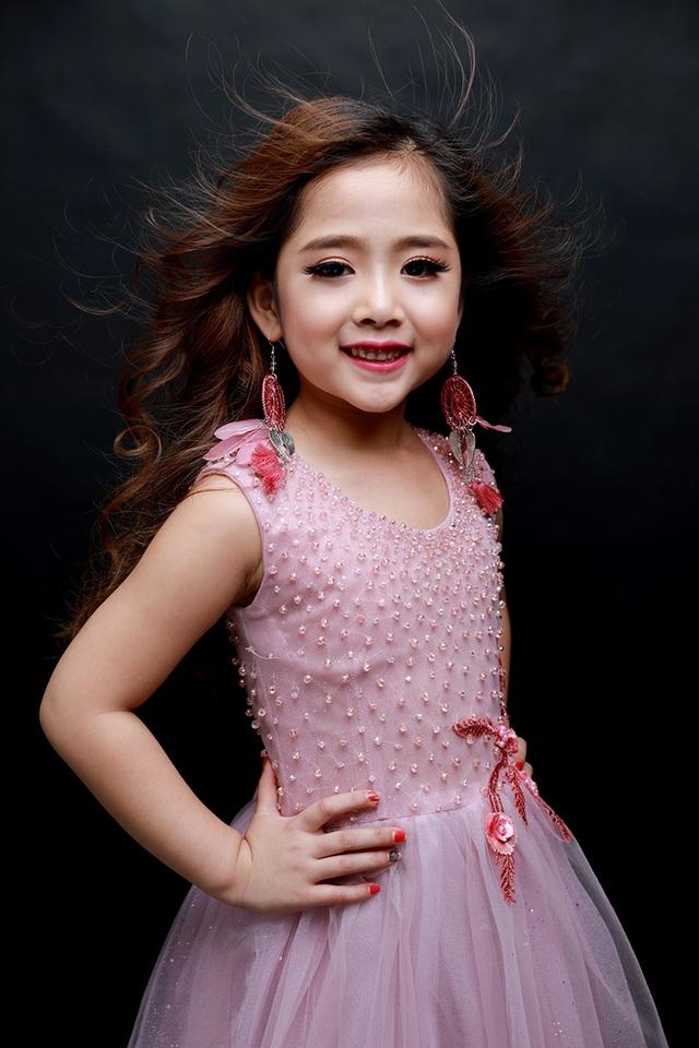 Công chúa phong cách thế giới Khánh Linh với vẻ dịu dàng, nữ tính nhưng vẫn đậm chất thời trang