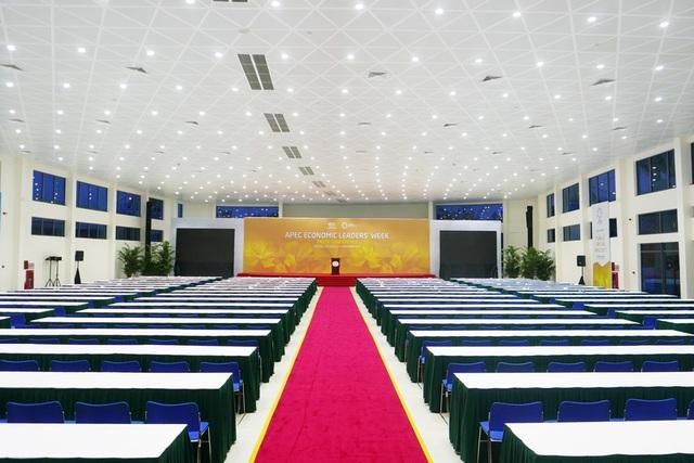 Phòng họp báo chính cũng là nơi làm việc chung của các nhà báo. Tại đây, Chủ tịch nước Trần Đại Quang sẽ chủ trì buổi họp báo sau khi APEC kết thúc.