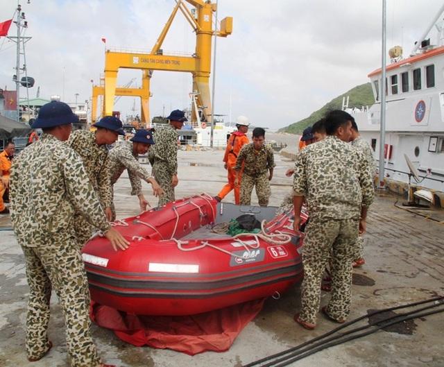 Các thợ lặn chuẩn bị kỹ lưỡng các phương tiện phục vụ công tác cứu nạn