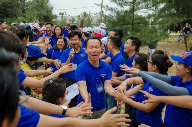 Ông Huỳnh Văn Tẩn – Nguyên Bí thư Đoàn Cơ sở kiêm Giám đốc Truyền thông PNJ trong màn chào đón của các thành viên