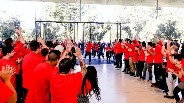 Nhân viên Apple chào đón những vị khách đầu tiên tới thăm quan.