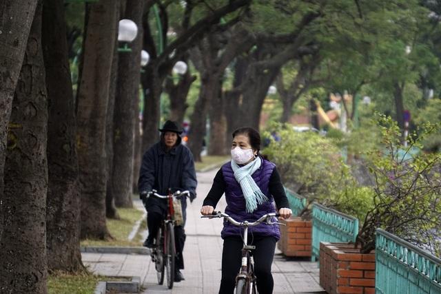 Người già đi tập thể dục với khăn mũ mùa Đông.