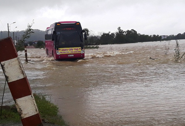 Một xe trên đường đi cứu chợ lũ lụt thì tiếp tục gặp trận lũ thứ 4 tại Bình Định