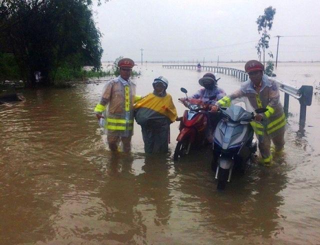 Lực lượng CSGT tỉnh Bình Định giúp dân vượt lũ