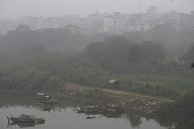 Sương bao phủ các ngôi nhà ven sông Hồng.