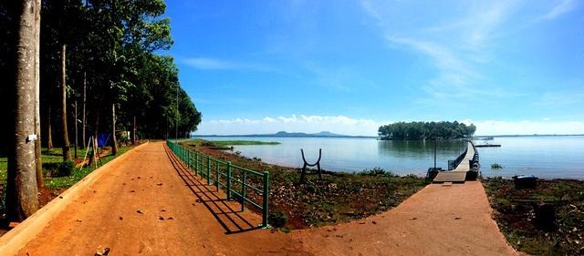 Con đường bên trái là của đảo Đồng Trường, đi qua chiếc cầu phao về bên phải, du khách sẽ quay trở ngược lại Đảo Ó