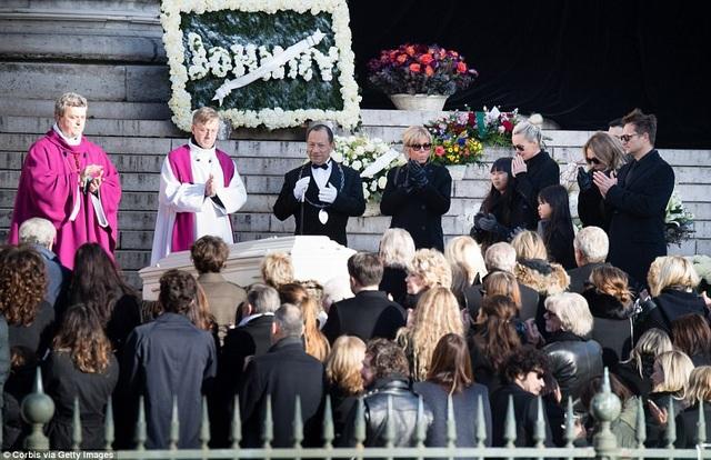 Mọi người cùng tưởng nhớ lại cuộc đời và sự nghiệp của nghệ sĩ Hallyday.