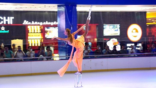 Mở đầu trận đấu, một nghệ sĩ trượt băng biểu diễn điêu luyện trên đôi giày cao khoảng 5 tấc