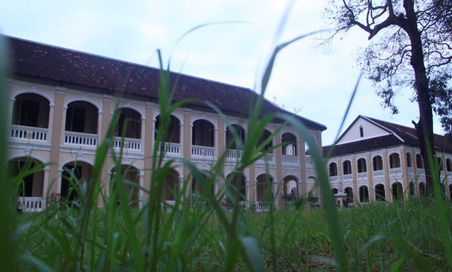 Tiểu chủng viện Làng Sông có vẻ ngoài cổ kính, đậm chất kiến trúc Gothic Châu Âu với những đường nét kiểu vòm nhọn và có nhiều cửa sổ rất độc đáo.