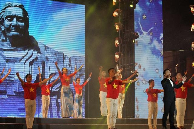 Ca khúc Linh thiêng Việt Nam do ca sĩ Vũ Thắng Lợi cùng vũ đoàn đã khép lại chương trình. Một đêm nhạc đầy ý nghĩa với người dân tại thành phố Tam Kỳ - quê hương Quảng Nam anh hùng.