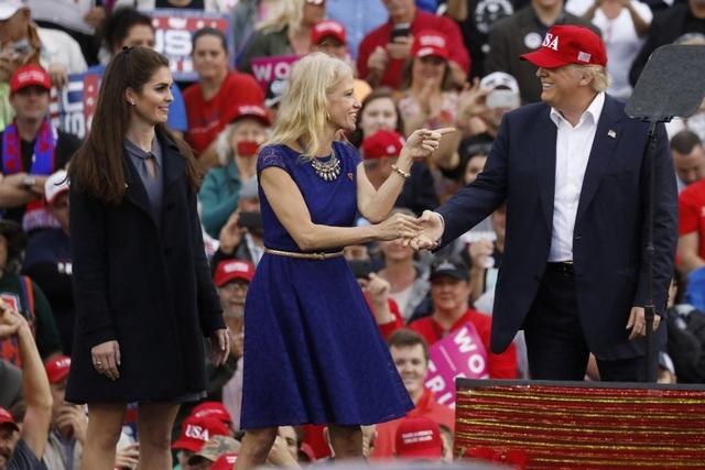 """Ông Trump đã từng giới thiệu Hicks trong chiến dịch """"cảm ơn"""" hồi tháng 12/2016 sau khi ông đắc cử tổng thống Mỹ. (Ảnh: Reuters)"""